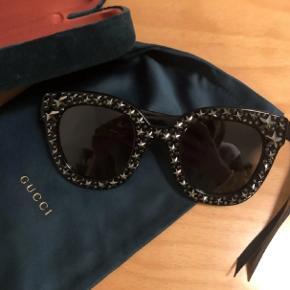 De fineste solbriller, fra Gucci med stjerner.  De er aldrig brugt. Købte dem i november på Vestiaire Collective.  Thalia Pitzner har nogle mangen til, på nogle af hendes feriebilleder. Så fine! Passer desværre bare ikke til mig. Etui, pose og pudseklud medfølger Byd gerne Køber betaler porto