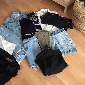 Flot pakke indeholdende 1 cowboyjakke, 1 blazer, 3 bluser, 2 skjorter, 1 par jeans, 2 par bukser og 2 cowboynederdele Ialt 12 dele, noget er aldrig kommet i brug