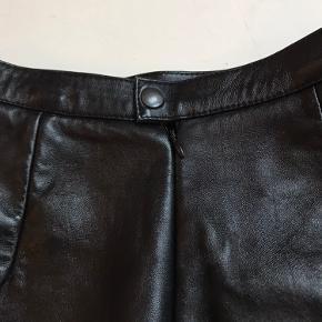 Sort læder nederdel fra American vintage Købt i New York Der er ikke logo eller størrelse etiket i Knappe og lynlås bagtil Mega lækkert læder  Længde 41 cm