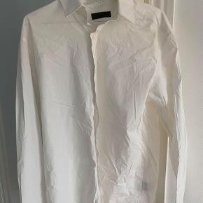 Rigtig lækker Lindberg skjorte. Brugt få gange. Slim fit.