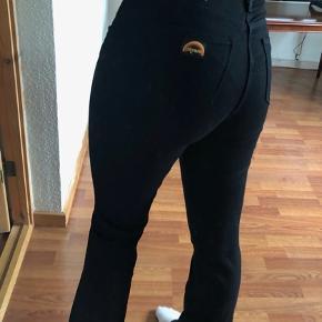 Super fede retro jeans med vidde fra Wrangler.  Virkelig god kvalitet, meget stretchy  Aldrig brugte!! NP: 699,-  W27  L32