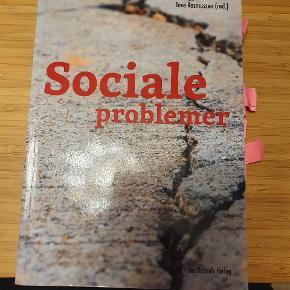 Der er blyantstreger i bogen. Fjerner selvfølgelig de lyserrøde sticky notes.  Det er 1. Udgave fra 2015.  ISBN: 9788741260518