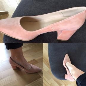 Super skønne sko fra Copenhagen Shoes - Str. 38 Jill Rose rigtig behagelig at have på. Og super sød til kjole som til bukser.( se beskrivelsen på et af billederne)  Nypris 900 kr  Byd Handler med mobil pay og sender med DAO.