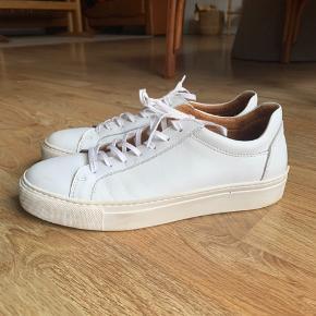 Selected Femme læder sneakers. Brugt 1 gang da jeg blev student i 18.  Np: 699,-   En lille rids på snuden af højre sko.