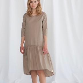 Grobund kjole med 3/4 ærmer. Fejlkøb, aldrig brugt pga. størrelsen. Passer en alm. 38