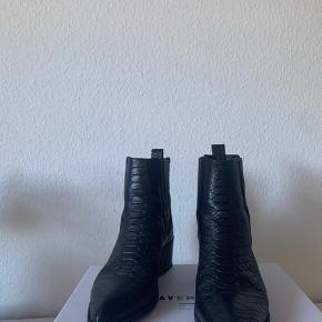 Sælger disse flotte, sofistikerede støvler fra pavement. De er brugt meget meget lidt, så slid på dem er derfor minimalt. Der er dog små tegn på slid på snuden af dem, hvilket jeg gerne sender billeder af:))