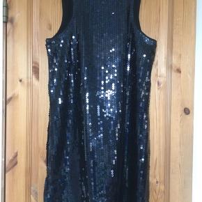 Smuk pailletkjole fra H&M. Pailletterne changerer i sort/blå/flaskegrøn. Kjolen har let bryderryg og lukkes med skjult lynlås i siden.  Jeg foretrækker at handle via Trendsales og sende med DAO. Alternativt via MobilePay.  Køber betaler gebyr og fragt.  #30dayssellout