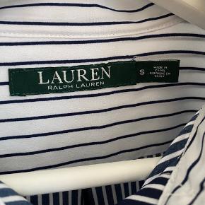 Stribet Ralph Lauren skjorte. Den er bare så fin og kan jo styles på mange forskellige måder - under en strik vil den for eksempel altid være pæn! 😍  Den er aldrig blevet brugt, men da jeg skulle tage billeder til annoncen, opdagede jeg, at den desværre har en fejl på det ene ærme (tjek sidste billede). Den sælges derfor rigtig billigt, selvom det er en nok så dyr skjorte, så gør et rigtig, rigtig godt kup her 😇😎 Det har selvfølgelig ingen betydning, men skal nævnes. Derfor er standen også sat som god men brugt, uden den er det. Måske en syerske ville kunne lave det..  Da jeg står og skal flytte og ikke har plads til hele min garderobe (😬), sælger jeg billigt ud af mit tøj. Prisen er derfor sat lavt. Tøjet fejler intet mindre andet beskrevet og er oftest som nyt, fordi jeg har været slem til at lave fejlkøb, så gør et kup 😉  Der tages ikke flere billeder end dem, der er på annoncen, og hvis der ikke er billeder af tøjet på, er det, fordi jeg ikke kan passe det, og der tages derfor ikke billeder med det på 😊  Køber betaler porto og TS-gebyr ved TS-handel. MobilePay haves, hvis man ønsker at spare gebyret.