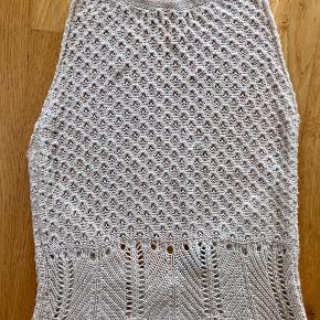 Super fed råhvid strikket kjole fra Patriza Pepe. Er str. It 42 som passer til medium. Fleksibel i størrelsen med stræk. Nypris 2000 kr.