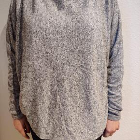 Let grå sweater. Kan bruges af mindre størrelser, så den giver et fedt oversize look ☁️ kom gerne med et bud😊