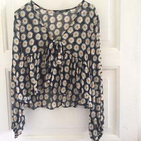 Fin sommerbluse fra Zara ☀️  Nypris 250 kr.  Aldrig brugt. Bud ønskes