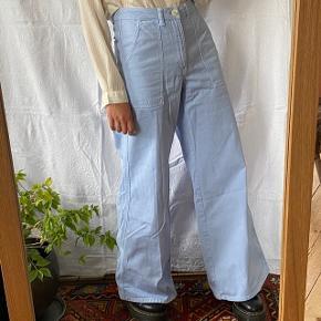 Flotte lyseblå jeans fra Ganni. Modellen hedder Bluebell. Størrelse 36, og ses på en størrelse S på billederne. De er brugt få gange, men har lidt mørke skygger forneden (se sidste to billeder). Det er dog ikke noget, man lægger mærke til. Nypris var 1200 kr. Byd!  Se også mine andre annoncer, jeg giver mængderabat🧚🏼♀️✨