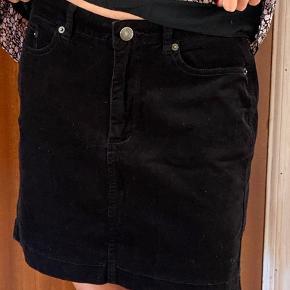 Babyfløjls nederdel. Brugt få gange. Købt for stor. 39 cm