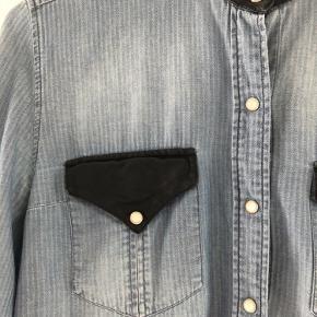 Lækker skjorte med læderdetaljer Den er ved at skride lidt i sømmen.  Se billede. Kan nemt sys. Derfor den billige pris.