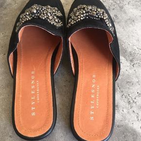 Super fine loafers/slippers fra Stylesnob med sløjfe i glimtende sten. Aldrig brugt.