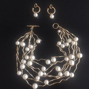 Halskæde og øreringe indkøbt i Paris. Hvide perler og belagt guld/ metallic. Forgyldt. Giv et bud