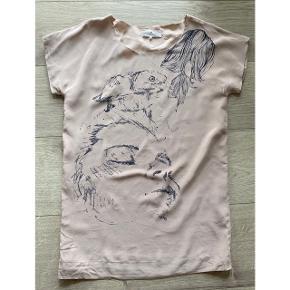 Flot silke bluse / tunika fra Designers Remix  - str. 38 - næsten som ny - rosa med print  - korte ærmer  - lidt lang bluse / tunika model - går ikke helt ned over bagen   Nypris 1199,-