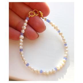 Perlearmbånd med blå mellemperler 🐚 ferskvandsperler  Lås: forgyldt messing Mål: 17-18 cm 💌💵Prisen er inkl Porto med postnord