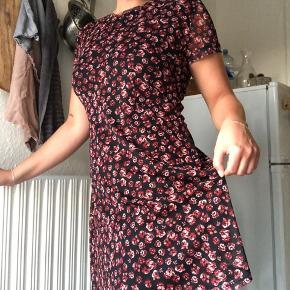 Fin kjole i mesh med underkjole under. Kan ses på billederne.😊 Kjolen er størrelse L, men er lille i størrelsen og fitter derfor i hver fald en M.