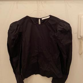 Sort Gestuz skjorte i str. 36. Aldrig brugt, fejler intet. 97% bomuld, 3% elastane. Skriv for flere billeder.