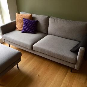 3-personers sofa + puf sælges. Model: Sicilia fra Idémøbler.  Købt i april 2018, så de er super velholdte. Flot lys grå farve og med ben i sort metal. Skummet er koldskum i både sofa og puf. De har begge et meget elegant og enkelt look.  Sofaen måler 196 cm i længde, 94 cm i dybde og 82 cm høj. Puffen måler 83*63 cm og 44 cm i højde (som svarer til sofaens sæder).   Dejlig fleksibelt med puffen, som kan bruges som flytbar chaiselong.   Nyprisen er på 8498 kr. for hhv. sofa (5999 kr.) og puf (2499 kr.) Sælges helst samlet for 3799 kr. Eller kom med dit bud.  Skriv for flere billeder, info eller for at komme forbi og se den :-)