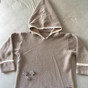 Skøn lun trøje/hoodie fra Lillefe.  Det er en str 110, men jeg synes den er lidt stor i det, så en str 116 kan også passe den.