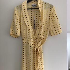 Ganni kjole gul. Helt ny med prismærke  Ny pris: 1299kr. BYD!!