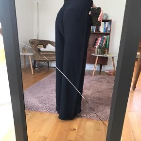 Super fine og elegante bukser fra Libertine-Libertine. Tynd og let kvalitet, 100 % viskose, i en mørk blå farve. Er kun brugt 2 gange.