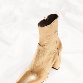 Varetype: Støvletter Farve: Guld Oprindelig købspris: 2600 kr.  Super flotte  Apair støvler ... true to size! Aldrig været brugt - bytter ikke