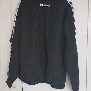 Flot sort HUMMEL sportsjakke,Den er 78 cm  lang og 65 cm  bred