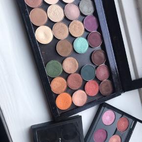 30 øjenskygger - 15 stk. til venstre er mac + de 4 i den lille palette. Dem til højre er makeup geek og morphe. + z palette og 2 mac paletter til 4 øjenskygger hver.   Kan også sælges sammen med andet.