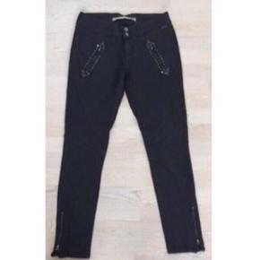 Fede sorte coatede jeans fra Culture  - Str. 40 (M-L) - Fede baglommer og detaljer ved lommer foran - Bomuld, polyester og 4 % stræk - Nypris 800 - Brugt, men i pæn stand   Kan sendes med DAO for 38,- eller afhentes i Ikast.   Se også mine andre annoncer, har mere fra Culture. Sælger billigt ud, og giver gerne mængderabat :)