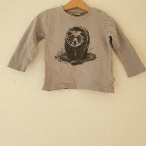 Langærmet T-shirt fra Wheat, trykknapper ved halsudskæring.  Prisen er ekskl. forsendelse.
