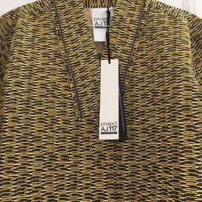 Lækker helt ny overgangs jakke, frakke i enkelt design, 3/4 lange ærmer og sidelommer. Jakken er i skøn vævet kvalitet.  Farve: gul, sort, brun, grå  Er str 36, S men kan også passe en str 38, M