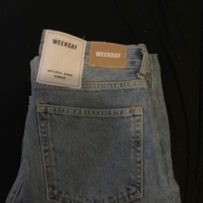 Weekday jeans brugt maks 3 gange  Str 29  De har en fed detalje ved bælteræmmen