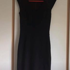 Smuk sort kjole str. XS - tætsiddende og figursyet med små ærmer.  Aldrig brugt - kun prøvet på.   Sælges for 250kr