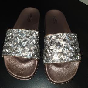 Fede sandaler / flipflops i str. 38. Guld. Kun brugt en gang og som nye. Der står 39 i skoen, men den svarer til en str. 38.  Selv købt dem herinde!   Kan afhentes på Vesterbro i København eller sendes 😁😎