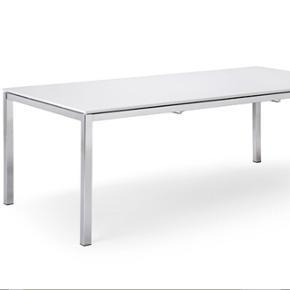 Velholdt Karat spisebord i kvalitetsmaterialer sælges. Bordet er i minimalistisk design med hvid Ansacore komposit bordplade og krom ben.  Bordpladen er let at rengøre og vedligeholde.  Mål: Højde: 72 cm Bredde: 80 cm Længde: 140 cm.  Nypris: 7.899 kr  Bud modtages.  Befinder sig i Aalborg.