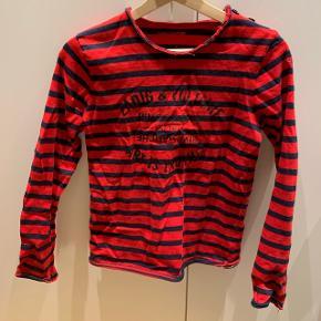 Rød og mørke blå stribet trøje med logo i midten i velour Mærke: Zadig & Voltaire Størrelse: 14 år Stand: næsten som ny Røgfrit hjem BYD!!!!!