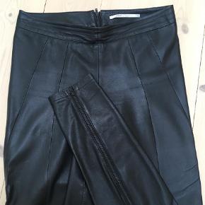 Varetype: Bukser Størrelse: 34 Farve: Sort  Blødeste skindleggings med lynlås bag på benet. Lukkes med lynlås bag på. Sidder perfekt. Brugt 2 gange.