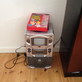 Karoki anlæg med skærm og cd pakke med. Passer til et børneværelse