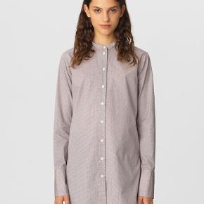 Super cool skjorte i en slags rosa farve med sorte 'prikker'.  Materiale: 100% bomuld. Nypris: 1600kr.