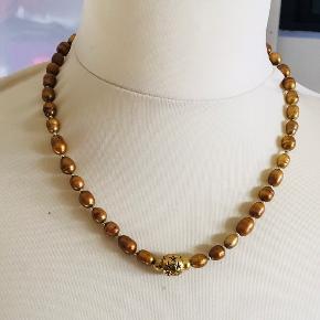 """Flot kæde i olivengyldne ferskvandsperler og """"guld"""". Længde 44 cm. Virkelig smuk til efterårsfarver. Fejler absolut intet."""