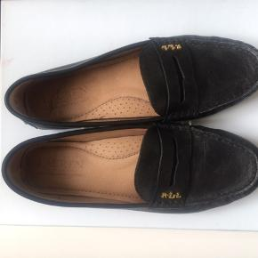 Fine Ralph Lauren behagelige flade sko. Aldrig brugt. Sælges kun fordi de er købt i forkert str. Ny pris 1200,- Slå til pris nu kun 450,- :-)