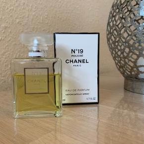 Chanel poudre no 19 eau de parfum 50ml.  Brugt som ses på billedet.  Mindstepris 350,- plus Dao forsendelse  Handler kun via mobileoay