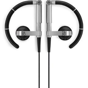 Varetype: Høretelefoner - Beoplay a8 Størrelse: OZ Farve: Sort Oprindelig købspris: 995 kr. Prisen angivet er inklusiv forsendelse.  Normale hovedtelefoner har ofte problemer med at få lyden direkte ind i øret.   Ved at tilpasse hovedtelefonerne i forhold til ørets konturer og kurver forbedres lyd-oplevelsen meget.  Selve højttaleren kan flyttes både til begge sider, men også op og ned. Det vil sige, at du kan justere hovedtelefonerne, så de passer perfekt til dine ører, og dermed optimeres lyd-oplevelsen drastisk.  Du glemmer nærmest at du har dem på, fordi de sidder så godt og er så lette.  Hovedtelefonerne er perfekte til både sportslige aktiviteter, men også til afslapning, hvor du nyder musikken.  De er skabt ud fra de samme principper som for fritstående åbne højttalere, og derfor tages der højde for eventuel støj fra omgivelserne.  På den måde kan du nyde den rene gode lyd, uden for mange forstyrrelse fra omgivelserne, men også med en meget høj komfort og god pasform.