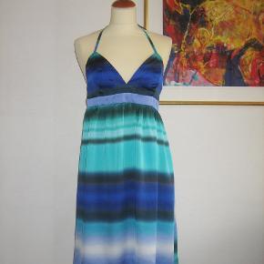 Smuk og helt speciel kjole i silkeagtigt stof. Kjolen har elastik-ryg og bindebånd, så størrelsen er yderst flexibel. Materialet er polyester.  Brystvidden:44 cm x 2 + elastik ryggens vidde Livvidde: 40 cm x 2 + elastik ryggens vidde Længden målt fra øverst hvor stropperne er syet fast på toppen foran - og til nederste kant: 86 cm  Ingen byt, og prisen er fast