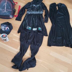 Starwars  Rygsæk kylo Ren  kasket  puslespil   sælges for 80 kr     udklædning str 128 7 til 9 år  trøje med hætte , bukser, kappe  bælte  sælges for 60 kr   afhentning på adressen i Hvidovre    Eller sender med Dao med 38 kr
