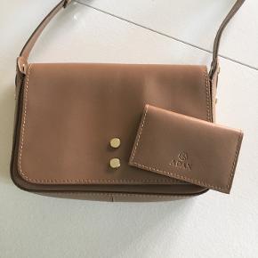 Pæn crossbody læder taske fra adax, kreditkort holder medfølger. Ikke været i brug