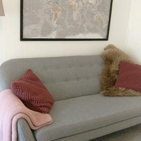 Sofaen kan afhentes i Aalborg midtby. Levering kan aftales i Aalborg området hvis det kan ske omkring din 1. Nov. Den er flot og velholdt uden pletter. Sælges pga flytning. Kostede 4000 kr fra ny.